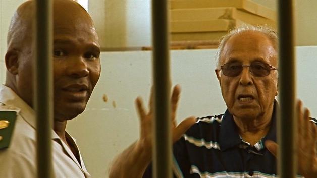 Ahmed Kathrada legt uit aan een gevangnenis bewaarder